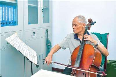 老人拉大提琴